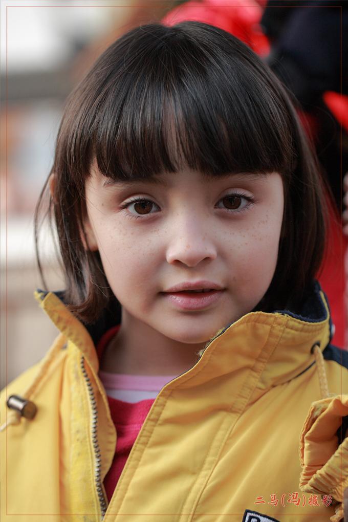 谢谢摄友对我的支持! 这个外国小姑娘是今年在七宝参加活动时碰到的。 我觉得她尽管脸上有不少小雀斑,但十分可爱,尤其是她的眼睛好像会说话, 现上她一张没有PS过的照片(也有人告诉我:小雀斑也有它可爱之处,没有必要花这么多时间去PS掉它)。