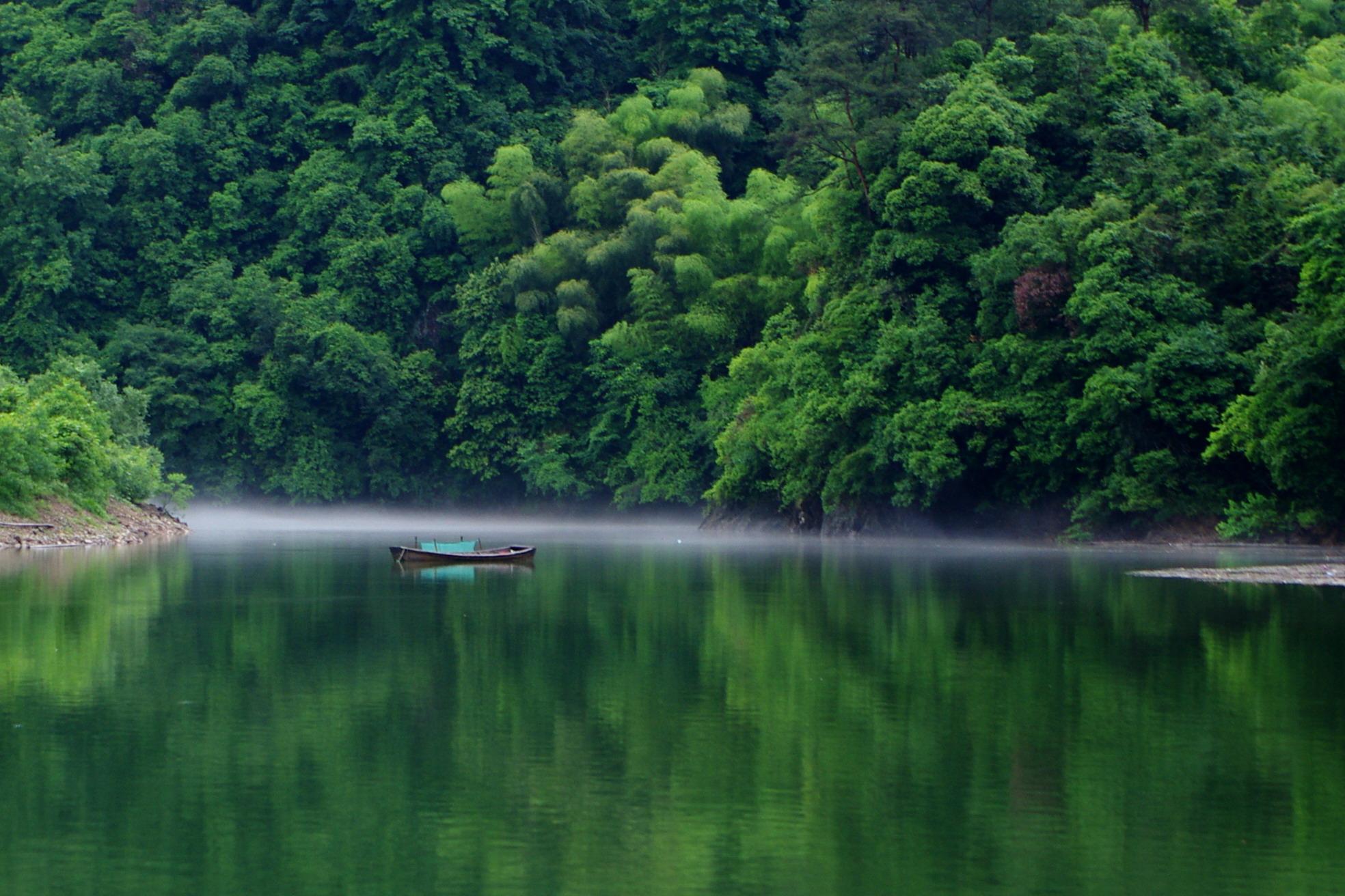 去年去诸暨,在五泄风景区一湖边看到一片白雾相当漂亮.