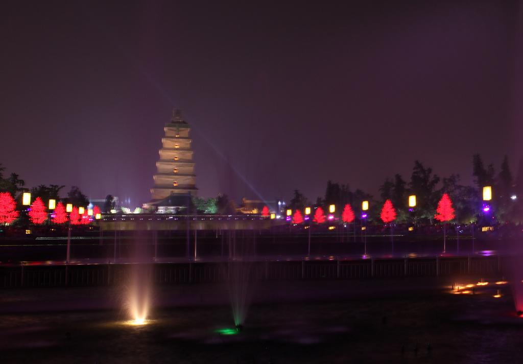 夜幕下西安的大雁塔广场