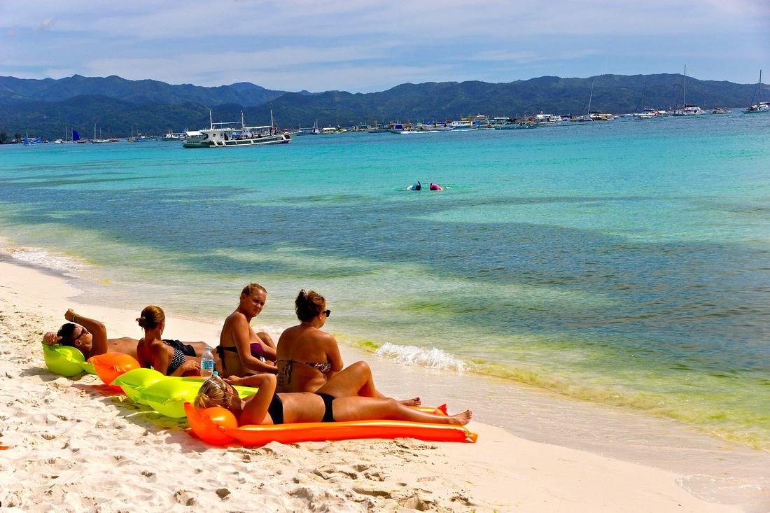 据百度介绍:长滩岛是菲律宾中部一岛屿,面积10.32平方公里,是菲律宾的旅游胜地之一。1990年《BMW热带海滩手册》将其评选为世界最美沙滩之一。1996年,英国刊物TV Quick 更推选其为世界一流的热带海滩。2007年,长滩岛在雅虎旅游世界最受欢迎海滩的评选中获得第一名。 滩岛之美丽,有如它的名字,那是长达七公里的银色沙滩。长滩岛上的沙细软得像面粉。 器材:a77机身+16-80ZA+35-200mm xi美能达镜头。 2支轻便、低调镜头有利于抓拍。 时间:2012/3/13-15
