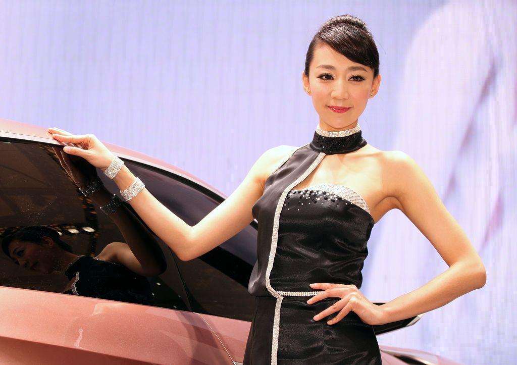 2013上海车展讴歌车模姐妹花