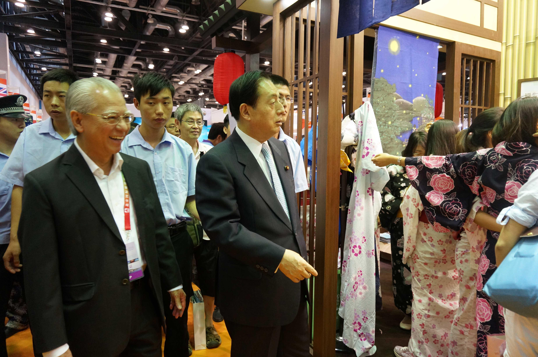 日本国国土交通省大臣太田昭宏来到日本展位.jpg