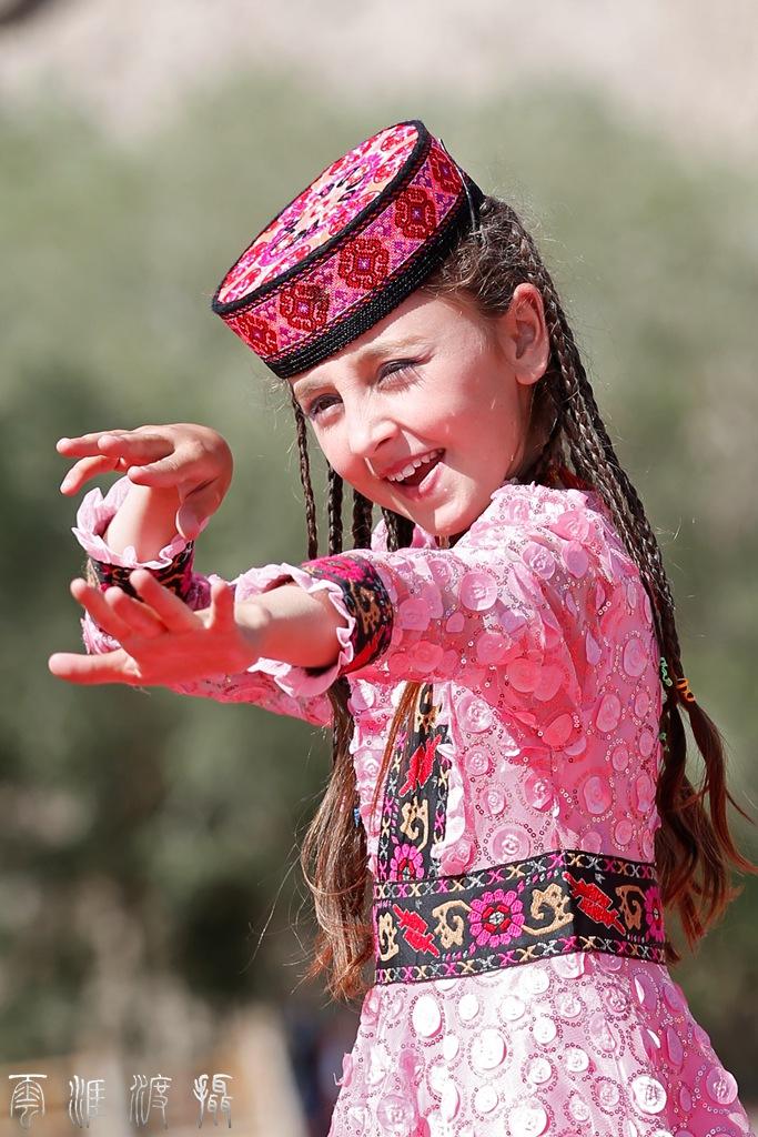 《抓拍跳舞的新疆塔吉克族美少女》
